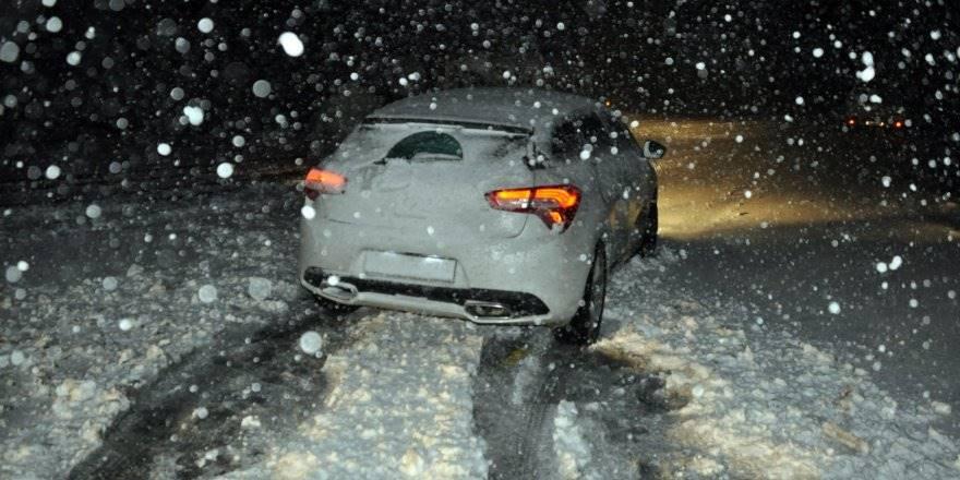 Kar Yağışı Konya-Antalya Karayolunu Trafiğe Kapattı