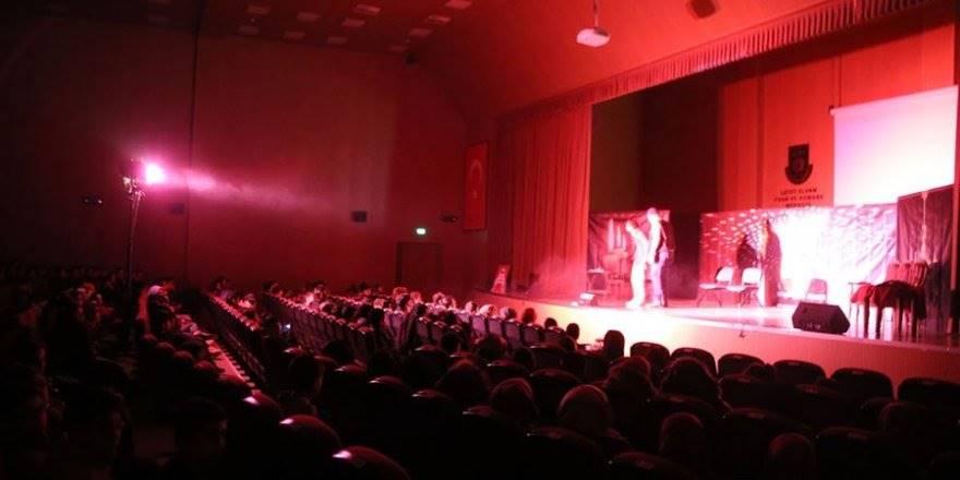 Karaman'da 'Pembe Aslında Siyahtır' Tiyatro Oyunu Sahnele