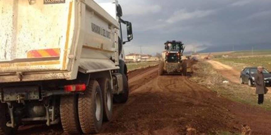 Karaman'da Köy Yollarındaki Kumlama Çalışmaları Devam Ediyor