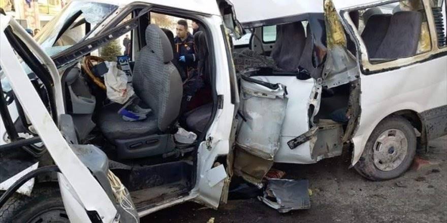 Niğde'de Tarım İşçilerini Taşıyan Minibüs Devrildi: 2 Ölü, 16 Yaral