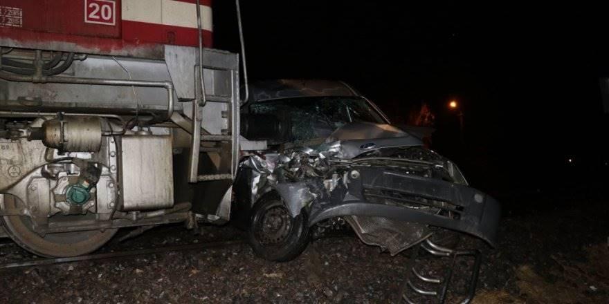Niğde'de Yük Treni Hafif Ticari Araca Çarptı: 1 Ölü, 1 Yaralı