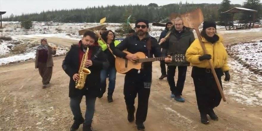 Sanatçılar Kerpiç Evlerin Toprak Damında Kar Küredi