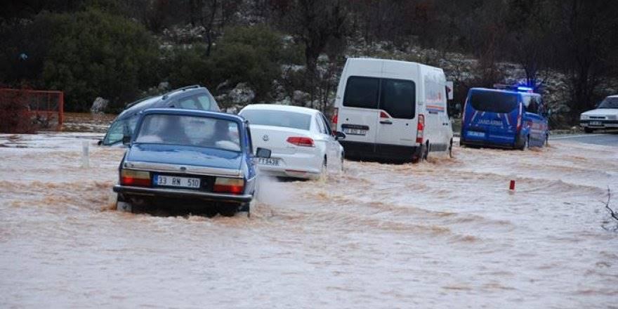 Sel Sularına Kapılan Araçtakileri Karayolları Ekipleri Kurtardı