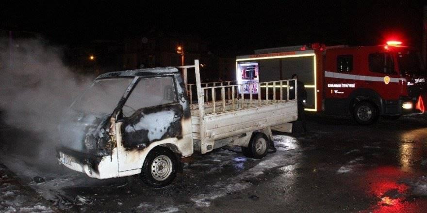 Karaman'da Park Halindeki Kamyonet Alev Alev Yandı