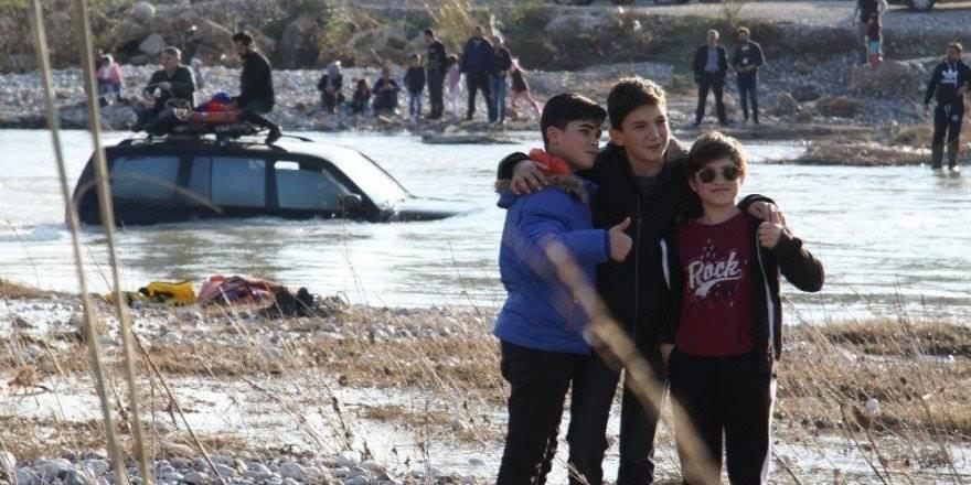 Antalya'da Kanalın Ortasında Mahsur Kalan Aracın Önünde Poz Verdile
