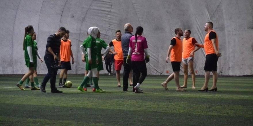 Konya'da Topuklu Ayakkabı Ve Babet Giyen Erkekler Kadın Futbolcular