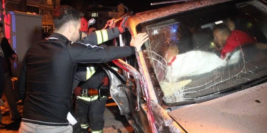 Konya'da Feci Kaza İki Araç Kafa Kafaya Çarpıştı