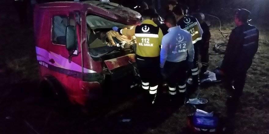 Konya'da Kamyonla Tır Çarpıştı, Sürücü Kabinde Sıkıştı