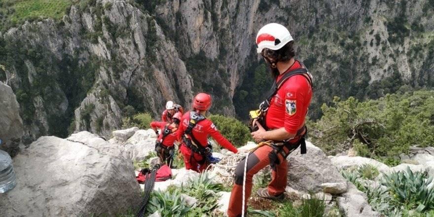Mersin'de Kayalıklarda Mahsur Kalan 3 Keçi, 6 Saatlik Operasyonla K