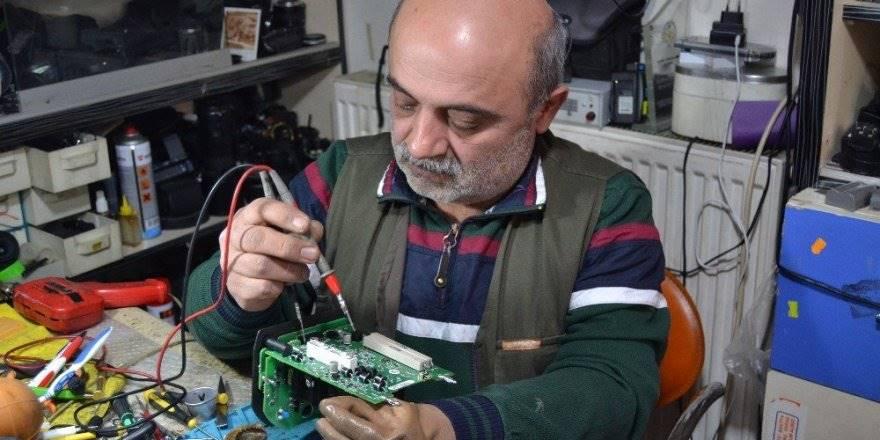 Konya'da Fotoğraf Makinelerini 12 Yıldır Tek Eliyle Tamir Ediyor