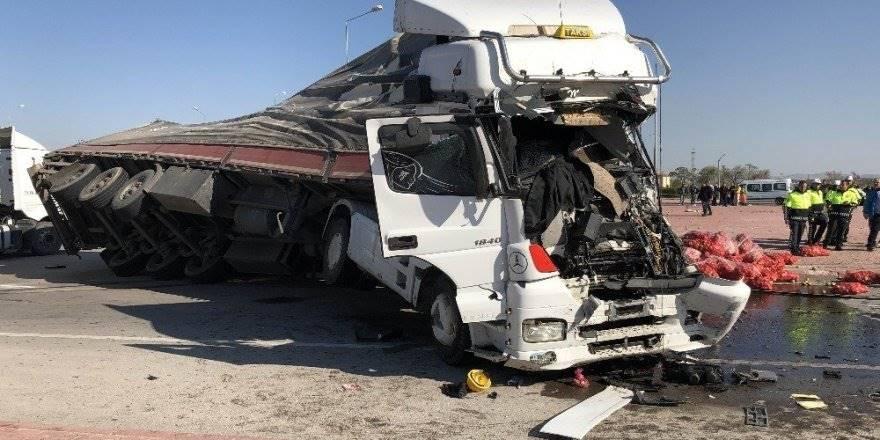 Tır İle Servis Otobüsü Çarpıştı: 1 Ölü, 24 Yaralı