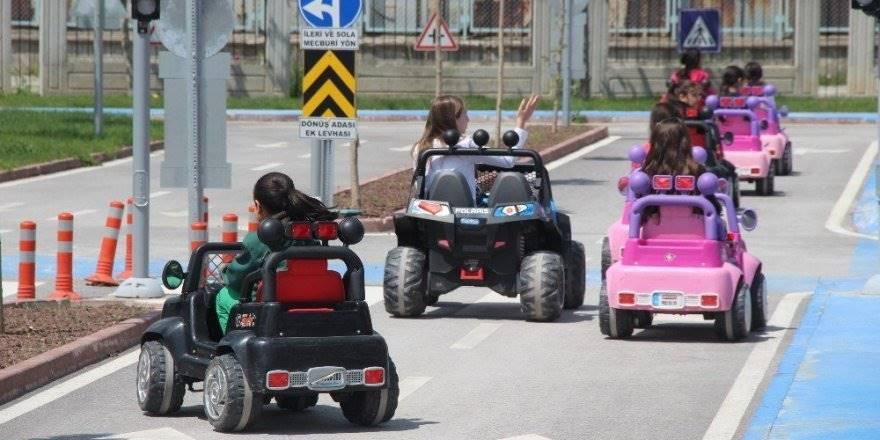 Konya'da Çocuklar Trafik Kurallarını Araba Kullanarak Öğreniyor