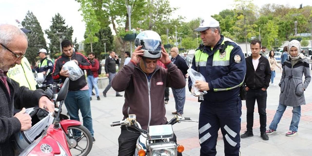 Konya'da Motosiklet Sürücülerine Kask Dağıtıldı