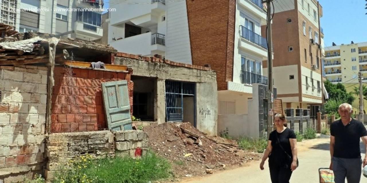 Antalya'da Bağımlıların Mekanı Olan Bina Yıkıldı