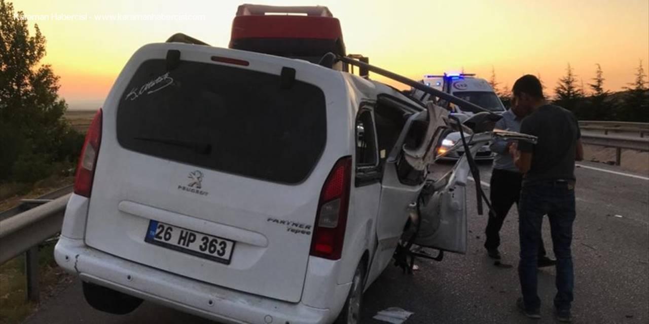 Eskişehir'de Hafif Ticari Araç Tıra Çarptı: 1 Ölü