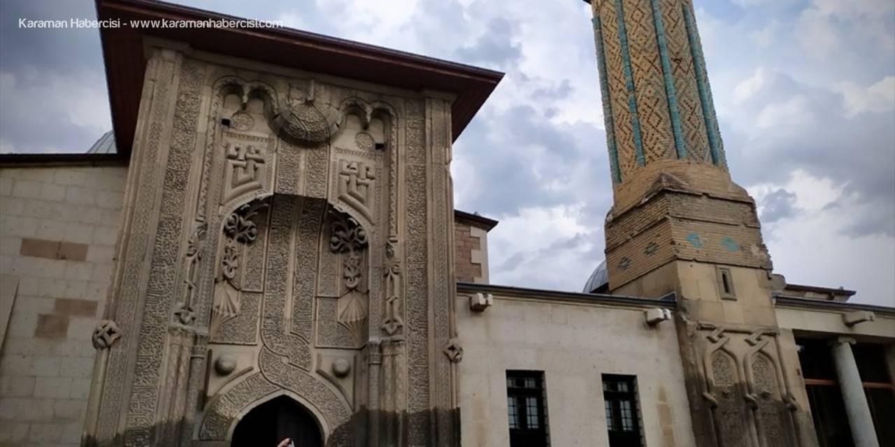 İnce Minareli Medrese Mimarisiyle Ziyaretçilerini Cezbediyor