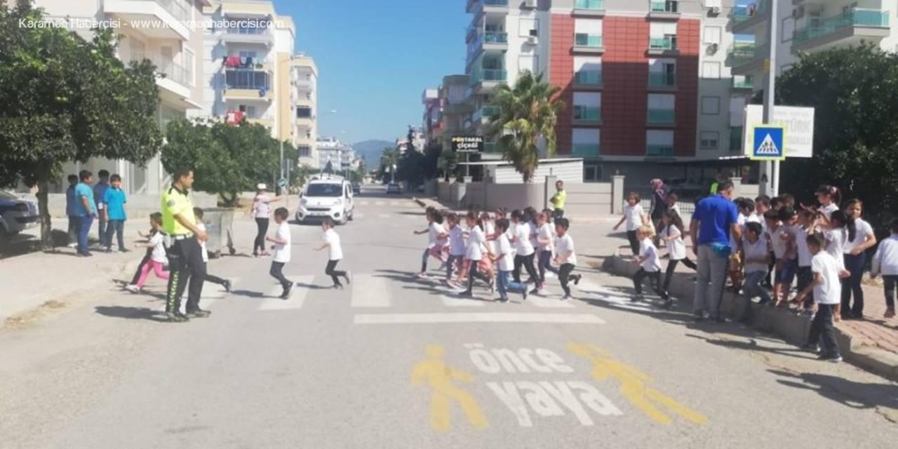 Öğrencilere, Trafikte Yayaların Önceliğinin Benimsetilmesi Amacıyla Eğitimler Verildi