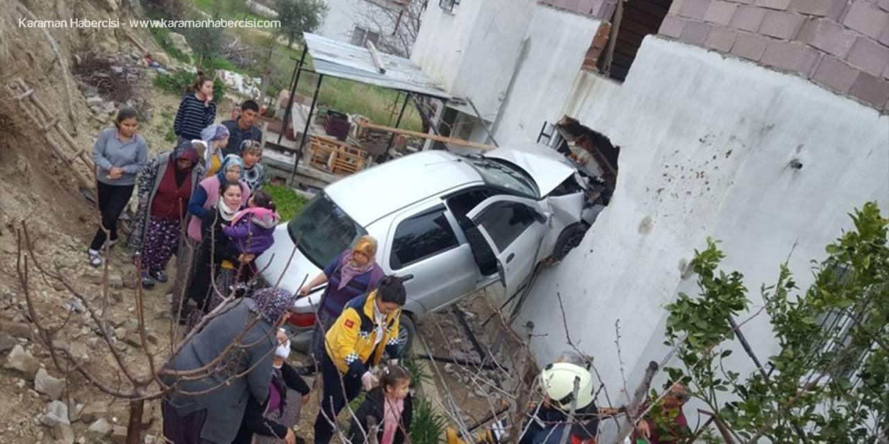 Mersin'de Kontrolden Çıkan Otomobil Evin Duvarını Yıktı: 4 Yaralı