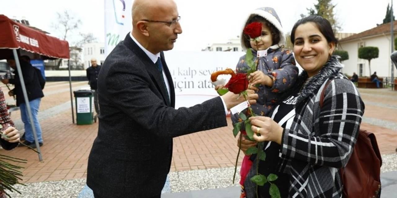Sevgililer Gününde 5 Bin Çicek Dağıtıldı