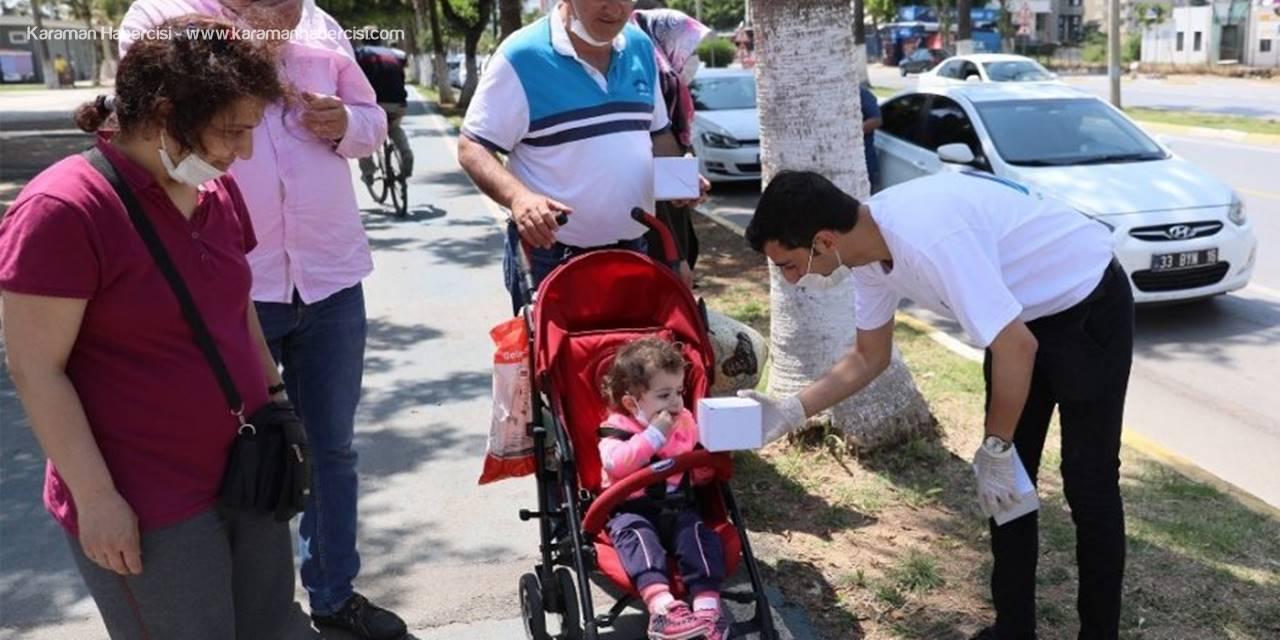 Mersin'de Sokağa Çıkan Çocuklara Hediye Sürprizi