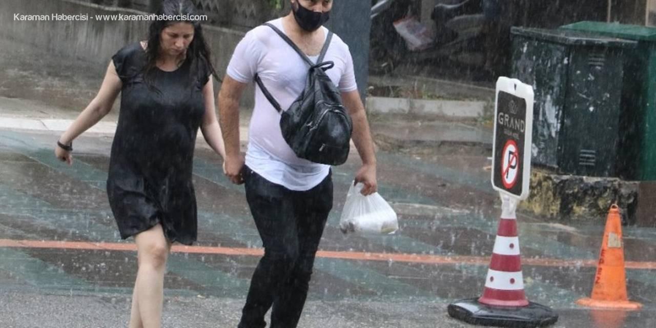 Antalya'da Aniden Bastıran Sağanak Yağmur Vatandaşları Hazırlıksız Yakaladı