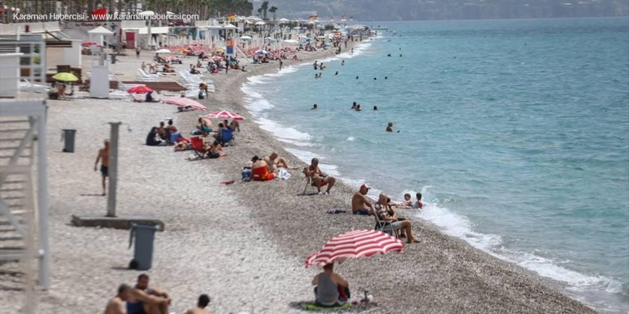 """Antalya'da """"Sosyal Mesafeli"""" Deniz Keyfi"""