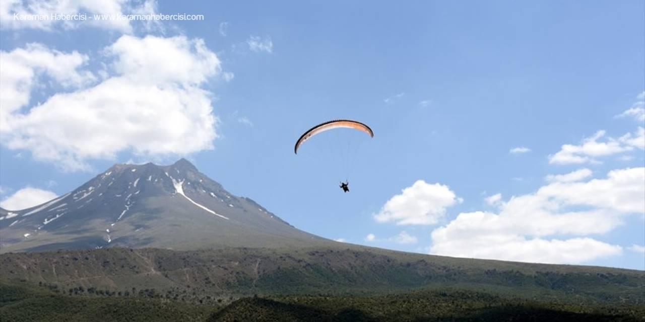 """Hasan Dağı """"Gökyüzüyle Buluşmak"""" İsteyen Yamaç Paraşütçülerini Bekliyor"""