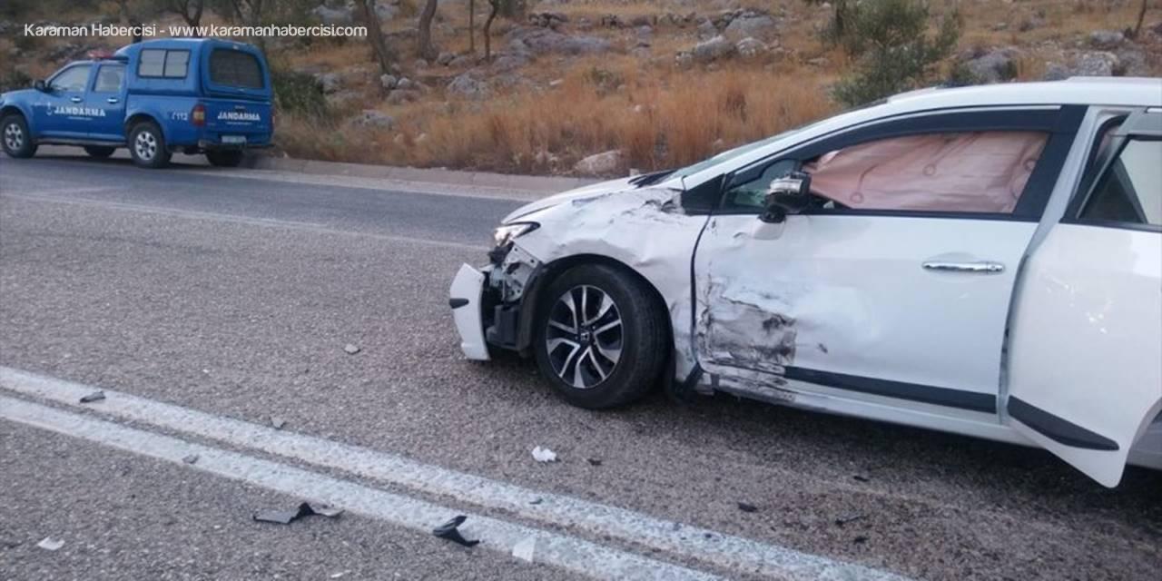 Antalya'da Otomobil İle Minibüs Çarpıştı: 1 Yaralı