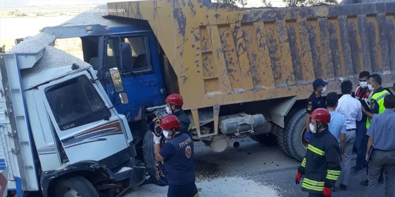 Konya'da Feci Kazada Kamyonlar Kafa Kafaya Girdi
