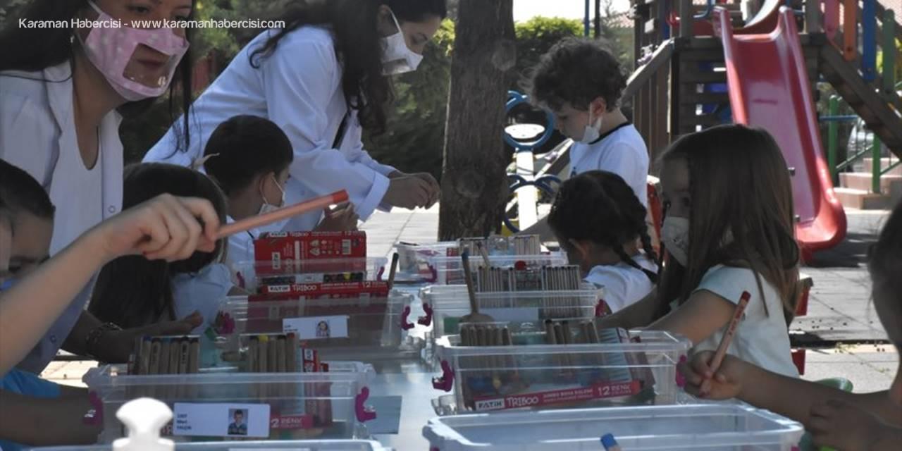 """""""Şeffaf Maskeli"""" Öğretmenler Eğitimi Okul Bahçesine Taşıdı"""