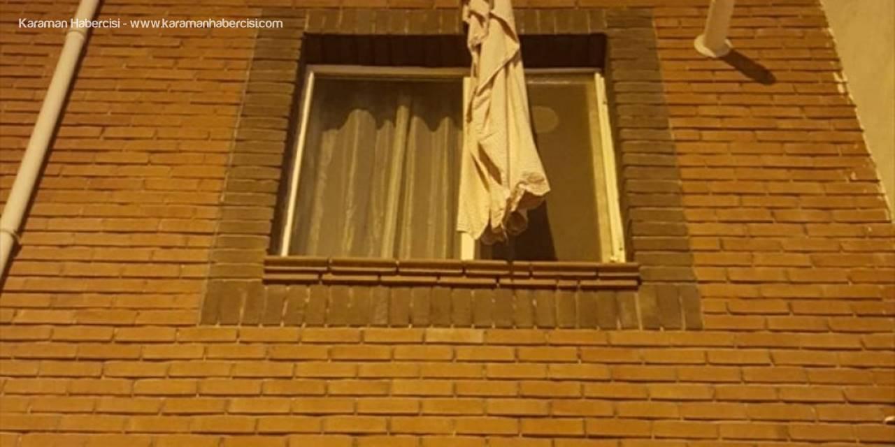 Pencereden İnmek İçin Çarşaf Sarkıtıp Düşen Kadını Polis Ve Bekçiler Kurtardı