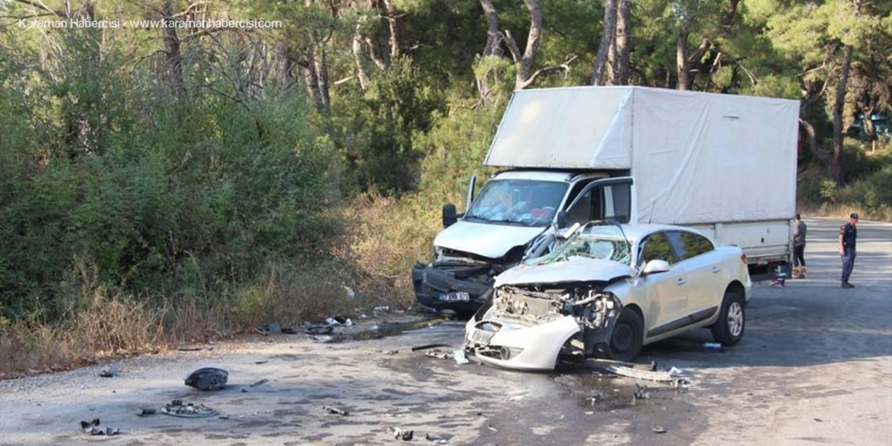 Antalya'da Otomobil İle Kamyonet Çarpıştı: 19 Yaralı