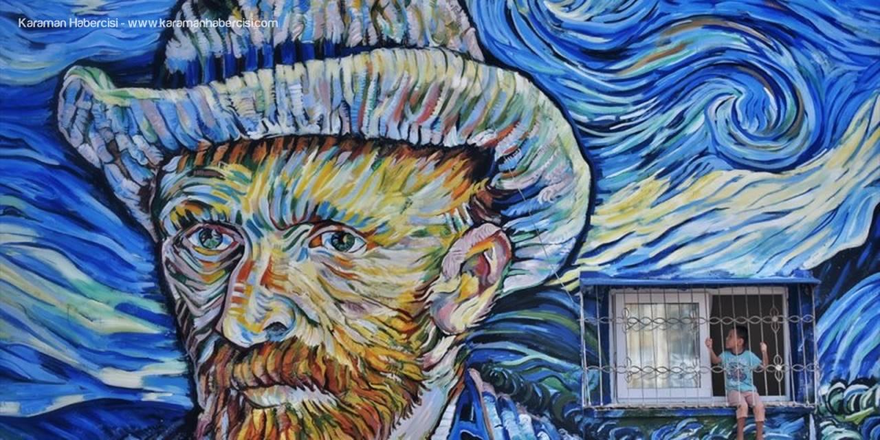"""Mersin'de 36 Yıllık Binanın Dış Cephesi Van Gogh'un """"Yıldızlı Gece"""" Eseriyle Kaplandı"""