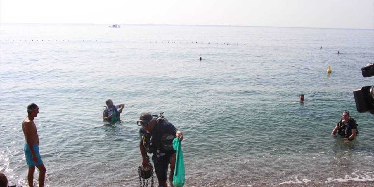 Dünyaca Ünlü Konyaaltı Sahili'nde Temizlik Yapıldı