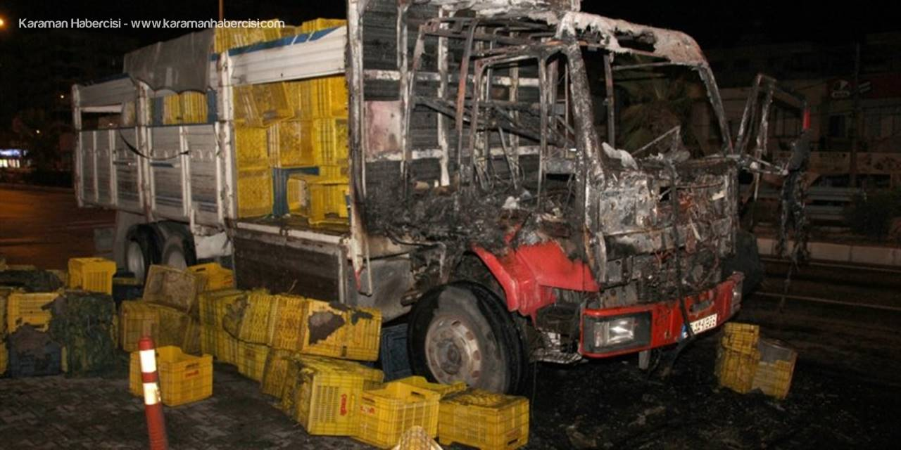 Mersin'de Kamyonun Sürücü Kısmında Seyir Halindeyken Yangın Çıktı