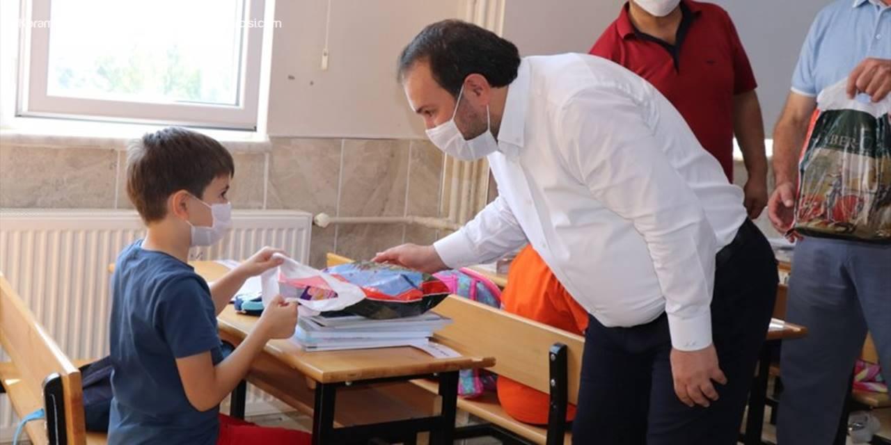 Başkan Özkan, Birinci Sınıf Ve Anaokulu Öğrencilerine Hediyeler Verdi