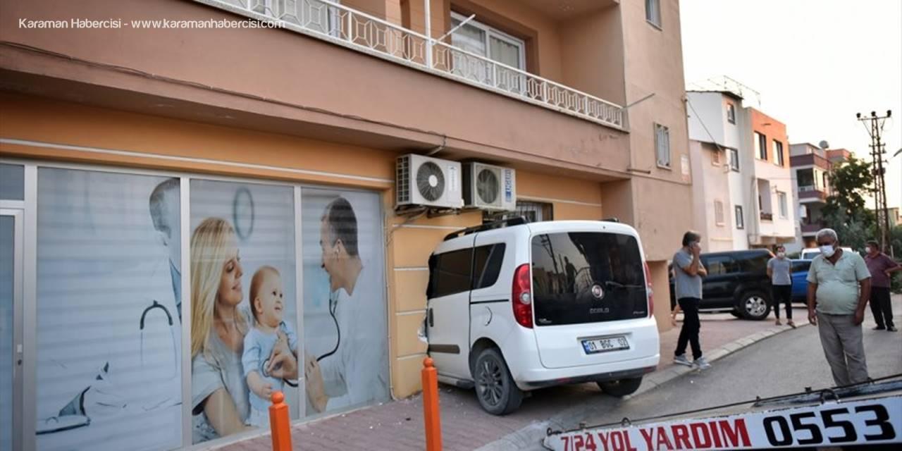 Mersin'de Kontrolden Çıkan Hafif Ticari Araç Sağlık Ocağına Girdi