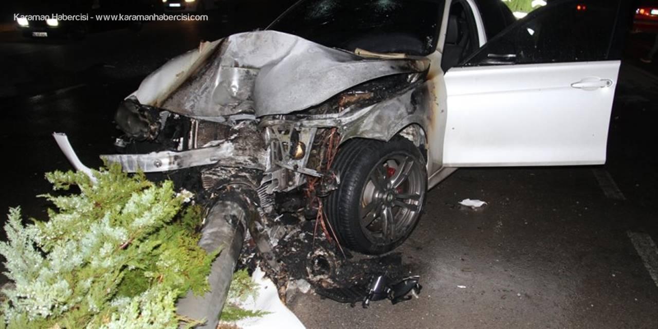 Konya'da Aydınlatma Direğine Çarpan Otomobil Yandı