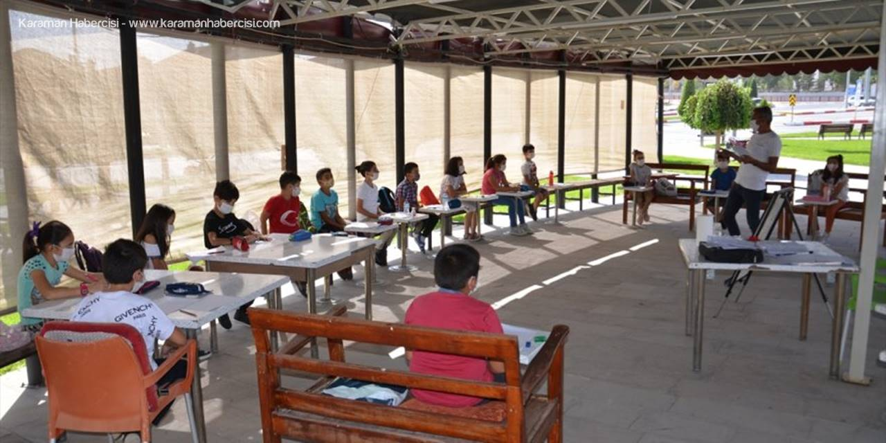 Öğrencileri İle Parkta Kulüp Etkinlikleri Düzenliyor