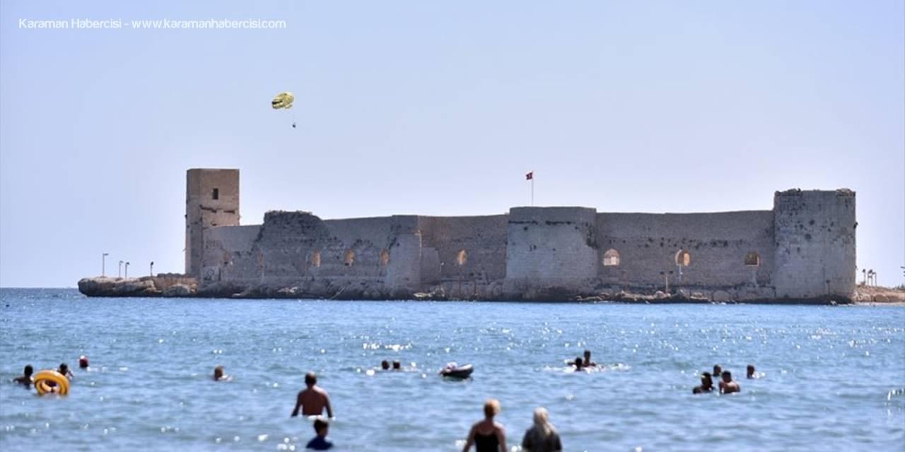 Mersin'de Tatilciler Güneşli Havanın Tadını Çıkarıyor