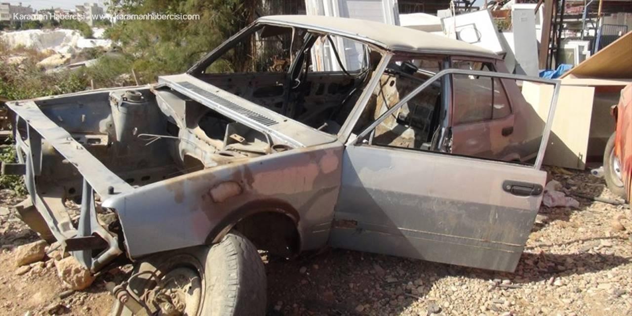 Mersin'de Hurda Otomobilin Altına Sıkışan Köpek Yavrusunu Esnaf Kurtardı