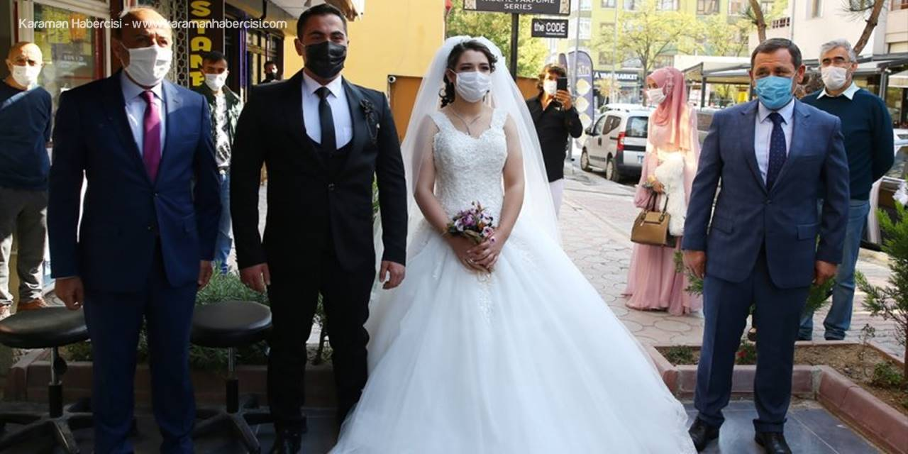 Kovid-19 Denetim Ekipleri Maskeli Gelin Ve Damatla Hatıra Fotoğrafı Çektirdi