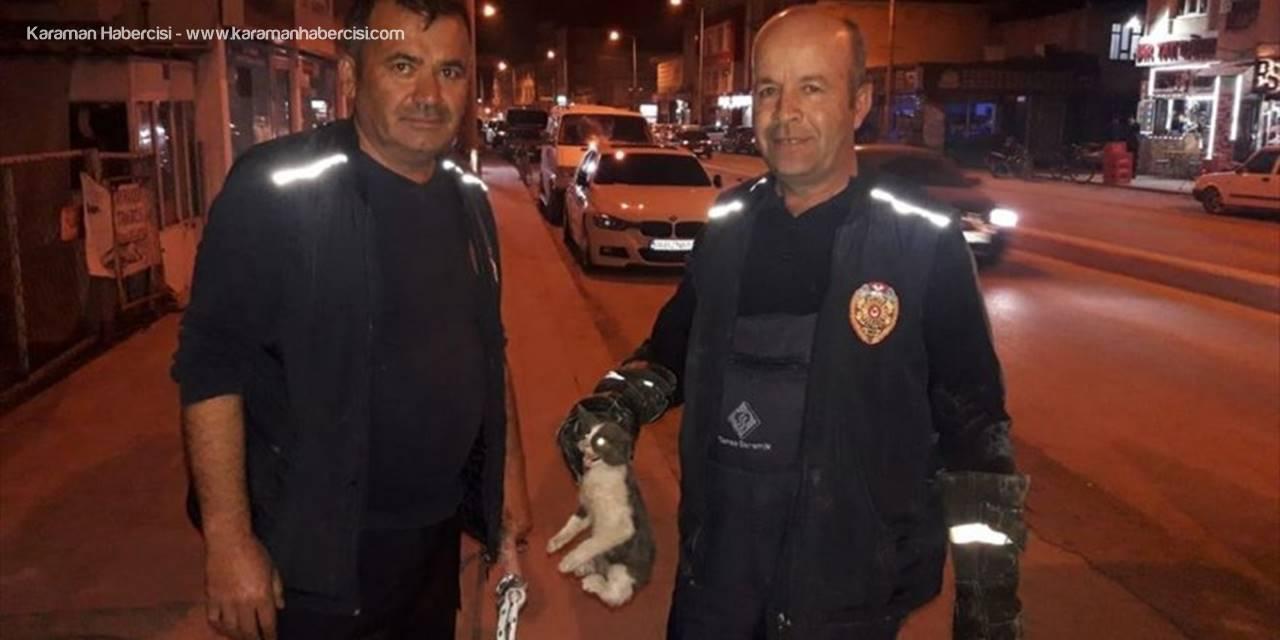 Karapınar'da Aracın Motor Bölümüne Sıkışan Kediyi İtfaiye Kurtardı