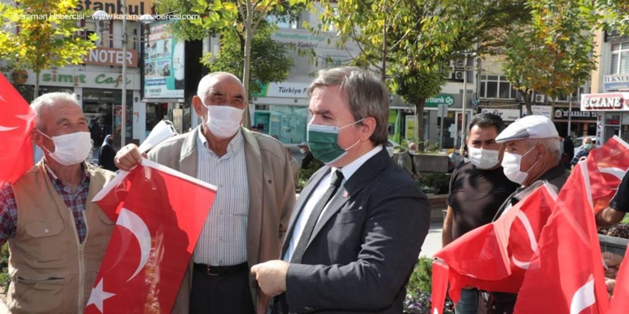 Aksaray'da 29 Ekim Cumhuriyet Bayramı Dolayısıyla Bayrak Dağıtıldı