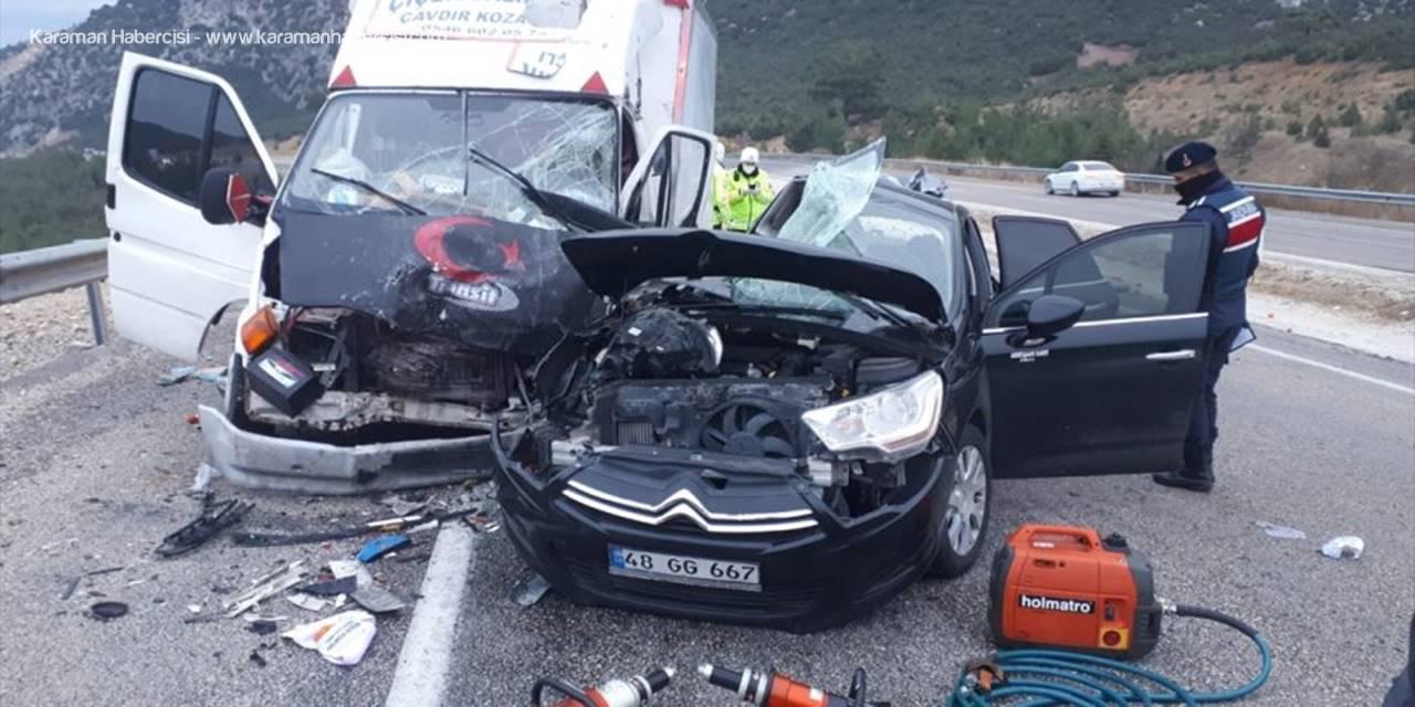 Antalya'da Kamyonetle Otomobil Çarpıştı: 1 Ölü, 4 Yaralı