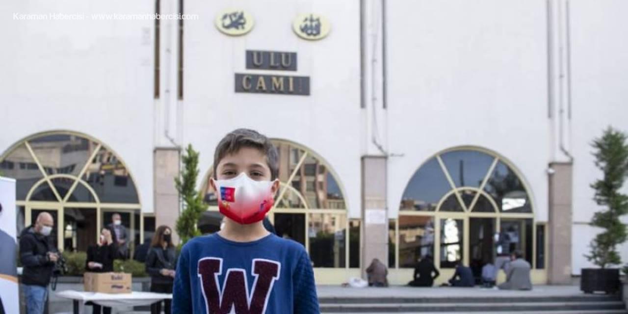 Mersin Büyükşehir Ekipleri, Cuma Namazı Çıkışı Maske Dağıttı