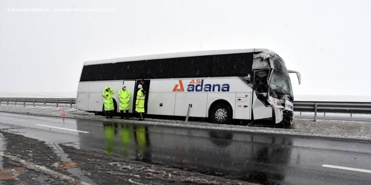 Aksaray'da Kontrolünü Kaybeden Otobüs Kamyonete Çarptı