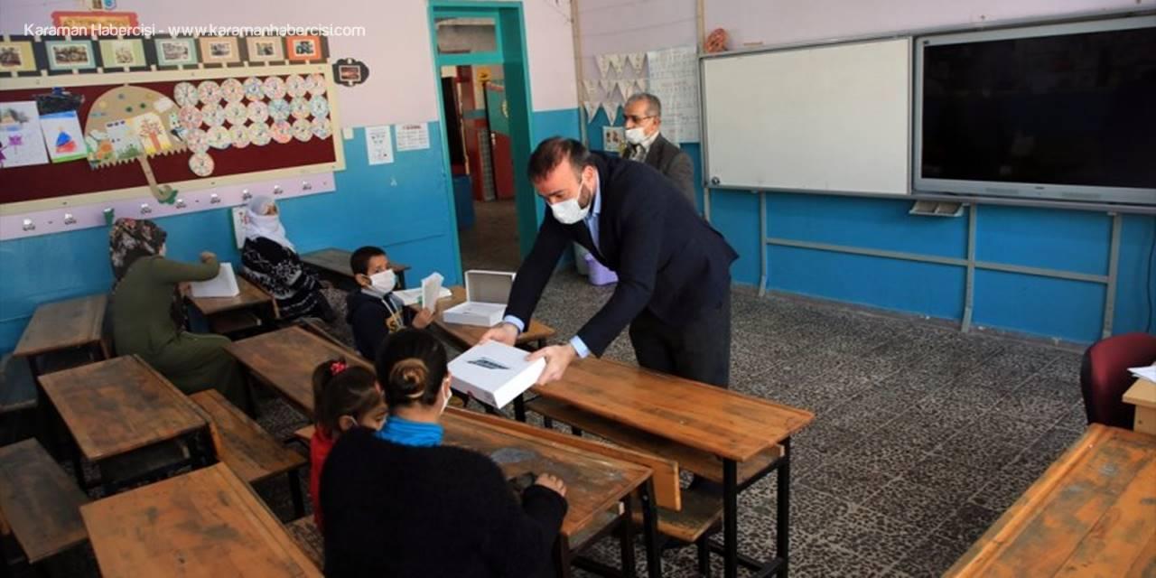 Hayırsever İş İnsanı Kapı Kapı Gezerek İhtiyaç Sahibi Öğrencilere Tablet Ulaştırıyor