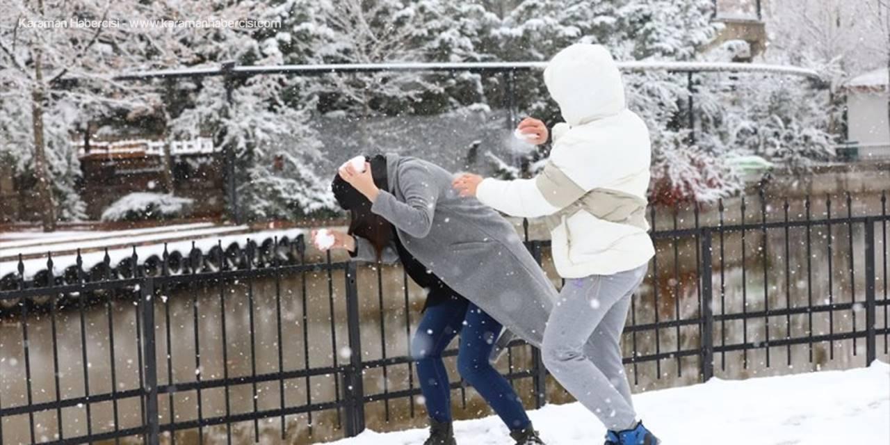 Aksaray'da Çocuklar Karla Oynamanın Tadını Çıkardı