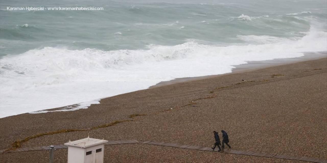 Antalya'da Kuvvetli Rüzgar Ve Sağanak Hayatı Olumsuz Etkiliyor